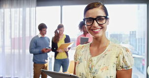 Geschäftsfrau, die digitale Tablette verwendet stock footage