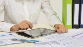 Geschäftsfrau, die an digitalem Tabletten-PC arbeitet stock video footage
