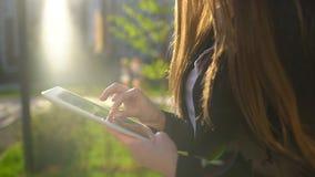 Geschäftsfrau, die digitalen Tablettenabschluß, gehend in der sonnigen Morgenstadt aufbraucht Langsame Bewegung Berufsgeschäftsfr stock video footage