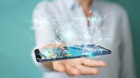 Geschäftsfrau, die digitales binär Code auf Handy 3D rende verwendet Stockfotografie