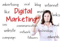 Geschäftsfrau, die digitales Marketing-Konzept schreibt Lizenzfreie Stockbilder