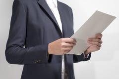 Geschäftsfrau, die Dokument verwahrt Lizenzfreie Stockfotografie