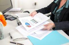 Geschäftsfrau, die Dokumente betrachtet Lizenzfreie Stockbilder