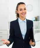 Geschäftsfrau, die Dokumente in den Händen im Büro verwahrt lizenzfreie stockbilder