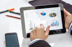 Geschäftsfrau, die Dokumente in der digitalen Tablette zeigt Stockbilder