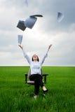 Geschäftsfrau, die Dokumente am Feld wegwirft Lizenzfreie Stockbilder