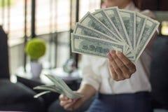 Geschäftsfrau, die Dollarbanknoten hält lizenzfreie stockfotos