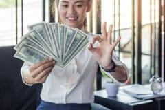 Geschäftsfrau, die Dollarbanknoten hält lizenzfreies stockfoto