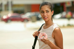Geschäftsfrau, die Donut zum das Frühstück austauscht, um zu arbeiten isst Lizenzfreies Stockfoto