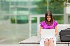 Geschäftsfrau, die draußen Laptop verwendet Lizenzfreie Stockfotografie