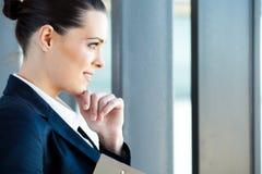 Geschäftsfrau, die draußen schaut Stockbild