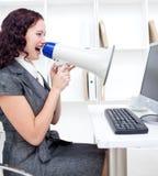 Geschäftsfrau, die durch ein Megaphon kreischt Lizenzfreie Stockbilder