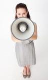 Geschäftsfrau, die durch ein Megaphon schreit Stockbild