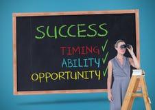 Geschäftsfrau, die durch Ferngläser bei der Stellung auf Leiter gegen Erfolgskonzept auf blackboa schaut Lizenzfreie Stockbilder