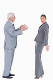 Geschäftsfrau, die durch Kollegen beschuldigt erhält Lizenzfreie Stockfotos