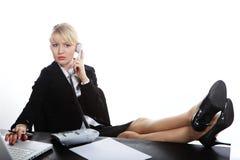 Geschäftsfrau, die durch Telefon benennt Stockfotografie