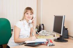 Geschäftsfrau, die durch telephon spricht Stockfotografie