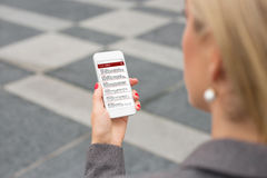 Geschäftsfrau, die E-Mail auf Smartphone überprüft Stockfotografie