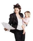 Geschäftsfrau, die ein Baby hält. Lokalisiert über Weiß Lizenzfreies Stockbild