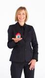 Geschäftsfrau, die ein Baumuster des Hauses darstellt Stockbilder