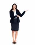 Geschäftsfrau, die ein copyspace darstellt. Lizenzfreie Stockbilder