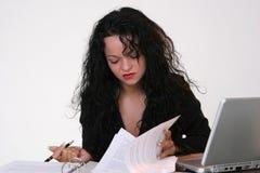 Geschäftsfrau, die ein Dokument sucht stockfotografie