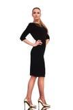 Geschäftsfrau, die ein elegantes schwarzes Kleid trägt stockbild
