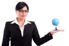 Geschäftsfrau, die ein Erdebaumuster darstellt Lizenzfreies Stockfoto