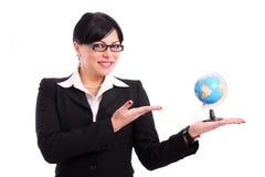 Geschäftsfrau, die ein Erdebaumuster darstellt Stockbilder