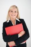 Geschäftsfrau, die ein Faltblatt anhält Lizenzfreie Stockfotografie