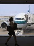 Geschäftsfrau, die ein Flugzeug boadring ist Lizenzfreies Stockbild