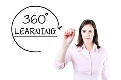 Geschäftsfrau, die ein 360 Grad Lernkonzept auf dem virtuellen Schirm zeichnet Lizenzfreie Stockfotografie