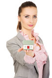 Geschäftsfrau, die ein Hausmodell hält Stockbild