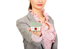 Geschäftsfrau, die ein Hausmodell hält Stockfoto