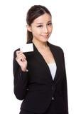 Geschäftsfrau, die ein leeres namecard zeigt Stockbilder
