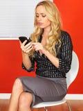 Geschäftsfrau, die ein Mobiltelefon verwendet Lizenzfreies Stockfoto