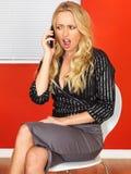Geschäftsfrau, die ein Mobiltelefon verwendet Stockbilder