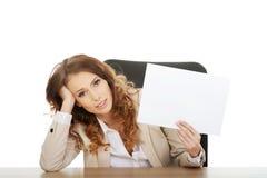 Geschäftsfrau, die ein Papierblatt hält Stockbilder