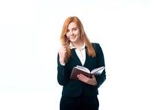Geschäftsfrau, die ein Tagebuch hält lizenzfreie stockfotografie