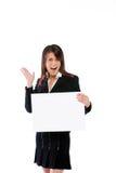 Geschäftsfrau, die eine Anschlagtafel anhält Lizenzfreies Stockbild