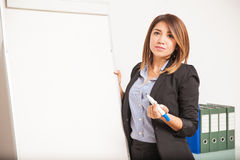 Geschäftsfrau, die eine Darstellung mit einer Flip-Chart gibt Stockbilder