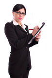 Geschäftsfrau, die eine Datei und eine Feder anhält Lizenzfreies Stockbild
