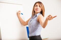 Geschäftsfrau, die eine Frage vorbringt Lizenzfreie Stockfotos