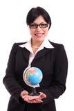 Geschäftsfrau, die eine geographische Kugel anhält Lizenzfreie Stockfotos