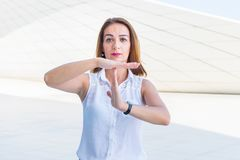 Geschäftsfrau, die eine Geste von zeigt Stockfotos