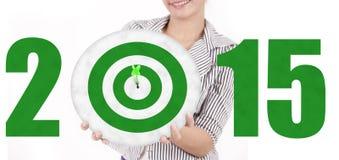 Geschäftsfrau, die eine grüne Dartscheibe zeigt lizenzfreie stockbilder