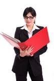 Geschäftsfrau, die eine große rote Datei anhält Lizenzfreies Stockfoto