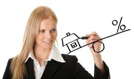 Geschäftsfrau, die eine Hypothekenabbildung zeichnet Stockfotografie