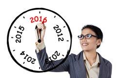 Geschäftsfrau, die eine jährliche Uhr zeichnet Stockbilder