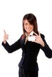 Geschäftsfrau, die eine Karte mit den Daumen oben schiebt Stockbild